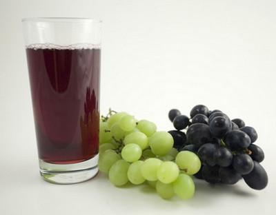 Стакан виноградного сока из красного сорта